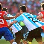 ÚLTIMO MINUTO!! SE REPETIRÍA LA FINAL POR ESTE PENAL DE #PASTORE A PASTORE!!! ???????????????????????????????? #Chile #ChileCampeonDeAmerica http://t.co/3QjknJh8OW