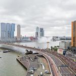 Het peloton op de #erasmusbrug #tourdefrance #tfd2015 #tdf @InntelHotels @havenrotterdam @Rotterdamevents @44_floors http://t.co/HBP4cXBRlj