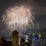 Fireworks were shot over the Charles River, dazzling thousands of spectators http://t.co/EDMV5MQiw6 http://t.co/a6POPr6gps