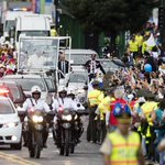 Miles de fieles saludaron al #papaFrancisco durante su recorrido a la Nunciatura #Quito » http://t.co/qy7K6adreG http://t.co/bibTPwm0tv