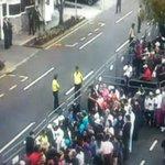 Fieles católicos esperan en #Quito al #PapaFrancisco. #FranciscoenEC http://t.co/T844HQHVGo