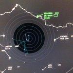 El avión del #PapaFrancisco demorará seis minutos más en su aterrizaje . Informa @dgac_ecuador http://t.co/xuZliMC9Fx