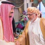 @MaadInitiative الملك سلمان حفظه الله في إبتسامة إعجاب بلباس أهل مكة المكرمة الذي يرتديه د. @samir_barqah. http://t.co/aJJpNxKa5E