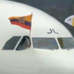 Flamea la Bandera de #Ecuador y #ElVaticano en el avión que llega Papa #FranciscoEnEC http://t.co/J8pI8GWpVQ