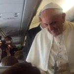 El papa Francisco en el interior del avión en el que llegó a Ecuador. Foto: @PrefecturGuayas http://t.co/9tmylvUAmT
