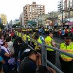 Católicos esperan al Papa Francisco en la av. 6 de Diciembre. #FranciscoenEcuador http://t.co/saUiTNIOIR vía @Carlos_Granja_M