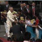 El #PapaFrancisco llega a Quito #Ecuador y saluda con niños ecuatorianos #FranciscoEnEcuador. Vía @35PAIS http://t.co/NNk4rtMWzz