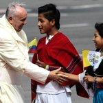 El #papaFrancisco saludó a los 70 niños que hicieron la calle de honor en el aeropuerto de Tababela (foto: EFE) http://t.co/JqWdnR21UP