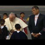 La cara de Rafael, por que los regalos no eran para el #PapaFranciscoEnEcuador http://t.co/SH9ulWUGGo