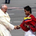 El papa Bergoglio con los niños de #Ecuador. #PapaFrancisco #FranciscoenEcuador http://t.co/ta6ySsuNXe