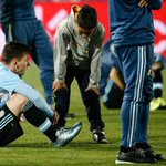 Quand deux enfants chiliens consolent Messi après la finale de la Copa America (via @famarelli) http://t.co/tyrjzapdu0
