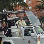 El #PapaFrancisco en su paso por la av. 6 de diciembre. Foto cortesía: @jessicahidalgov http://t.co/SyTLmaceO2