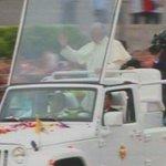 #FranciscoEnEcuador el Papa hace su paso por el Estadio en medio de cánticos y saludos ► http://t.co/fuBGDOgiXs http://t.co/DaTp7JzVzB