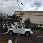 El #PapaFrancisco saludando al pueblo ecuatoriano en la Av. 6 de diciembre. Bienvenido al #Ecuador #FranciscoenEc http://t.co/OAYjiB8yGW