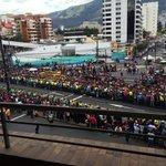 Expectativa en la Av. 6 de diciembre. Foto: @EduGKaiser #ElPapaEcuavisaYyo http://t.co/nfvkBDsLBt