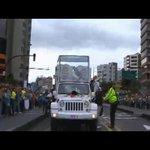 El papa Francisco se detiene para bendecir a bebé #FranciscoEnEcuador EN VIVO ► http://t.co/fuBGDNYHyS http://t.co/gpdIHTLBSS