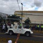 El #PapaFrancisco saludando al #Ecuador en la 6 de diciembre. Foto: @Tame_EP #ElPapaEcuavisaYyo http://t.co/gM1tdCa1Z1