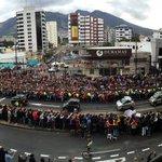El paso del #PapaFrancisco por la Av. 6 de Diciembre y República. Imagen: @EduGKaiser #ElPapaEcuavisaYyo http://t.co/yTOFgsQMr2