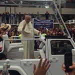 El paso del #PapaFrancisco en el Papa Móvil #FranciscoenEcuador #FranciscoenEc #Quito http://t.co/VBWuYK6Bt5