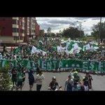 FOTO> La hinchada mas Grande del país marcho hoy en Bogotá. Grande #AtléticoNacional! #MiFiestaTuPeorPesadilla http://t.co/EIC3DhsPRL
