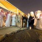 #صورة ???? #ولي_العهد وعدد من الأمراء يقفون على قبر #الأمير_نايف_بن_عبدالعزيز رحمه الله داعين الله له بالرحمةوالمغفرة - http://t.co/gB5EWSipkE