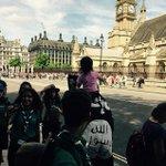 """شخص في لندن يتوشّح بعلم """"داعش"""" ويحمل ابنته التي تلوح بنفس العلم الشرطة لم تفعل لهما شيء السبب: لم يخرقا القانون http://t.co/A6UJxRjFDT"""