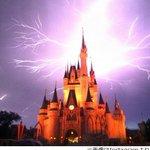 【すげぇ】米ディズニー・ワールドのシンデレラ城に壮大な稲妻が走る http://t.co/b5inH5uXti 「夢と魔法の王国」では、何が起きても不思議ではない。 http://t.co/O8ag77snXn