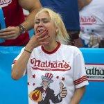スライドショー:米ホットドッグ早食い競争、女性部門では須藤美貴さん(写真)が初優勝 http://t.co/uBgcATliBW http://t.co/BawY13Jn7o