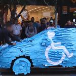 【スカッと】障がい者用スペースに駐車した男性にお仕置き!ブラジル http://t.co/VxiCEDnP46 ふせんを貼りつけて障がい者用マークを作っちゃいました。必死に剥がそうとする運転手には、周囲から歓声や野次が…。 http://t.co/IGtAXW6Lwk