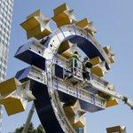 Je verzint het niet. Uitgerekend vandaag wordt het euroteken bij kantoor ECB uit elkaar gehaald voor onderhoud. (AP) http://t.co/9WDp39Qgak