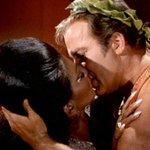 Cest la journée internationale du baiser. Donc, bons baisers à toutes et à tous :) http://t.co/YwufUQqOC6