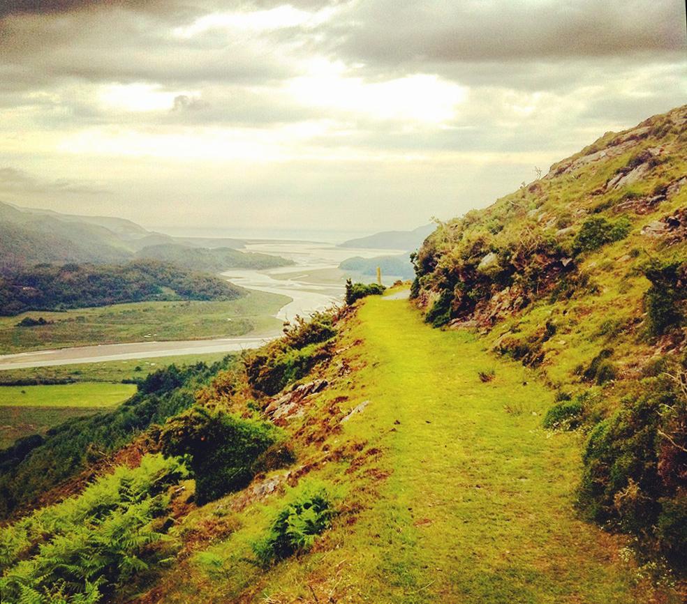 The stunning Mawddach Estuary, from the Precipice Walk near Dolgellau, via our ed @Matt2mjones. Ever walked it? http://t.co/dC2Xv5XgBg