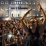 """En IMAGES. Les Grecs célèbrent leur """"non"""" au référendum http://t.co/XnrGGglAvt http://t.co/0hSrWI52tc"""