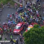 La course est arrêtée pour le moment / The race is neutralised for the moment #TDF2015 http://t.co/loxD8RI8ym