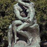 """.@museecarnavalet @leCMN Baiser passionné au jardin des #Tuileries """"Le baiser"""", Auguste Rodin #BattleKiss #Kissday http://t.co/SjbpmWtIdC"""