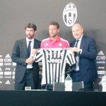 Concluye la rueda de prensa de hoy con la camiseta con el dorsal 8 que @ClaMarchisio8 vestirá otros 5 años. http://t.co/knT6bIiX90