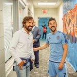 David Villa le da la Bienvenida al italiano Andrea Pirlo en el New York City. CRACKS! http://t.co/7Ohph2vNXk