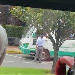 El noble gesto de un conductor del SITP aplaudido por pasajeros http://t.co/hTqTRG9uNU http://t.co/de7NsZEhHt