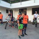 De training zit erop! Even op de foto met aanwezige supporters en dan per fiets terug naar het hotel. #Feyenoord http://t.co/yF2lGG8p05