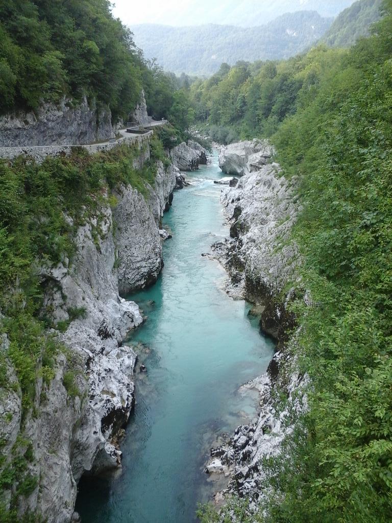 Nous remontons la Soca, tres belle riviere aux eaux turquoises. Demain, c'est repos!