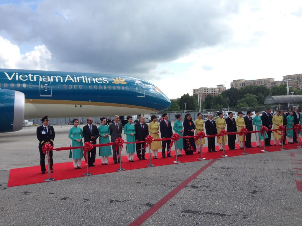 Ceremonial handover of @VietnamAirlines first 787-9 at #DCA http://t.co/FI1Ay1KWvJ