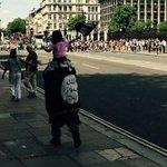 Polémica en Reino Unido: Un hombre pasea junto al Big Ben con una bandera de Estado Islámico http://t.co/T4iWTDA5K6 http://t.co/zCJU7idtsw