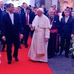 Papa @Pontifex_es es recibido por el Presidente @MashiRafael en el Palacio de Carondelet. #FranciscoEnEcuador http://t.co/aSXJrKp84n