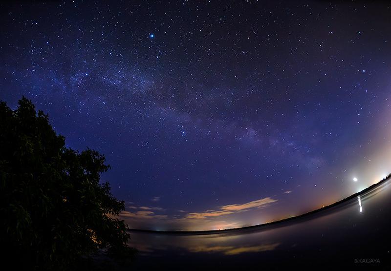 七夕の天の川を求めて北海道までやってきました。 写真中央が彦星。中央上やや左の明るい星が織姫星。その間に横たわる白い帯が天の川です。(さきほど苫小牧にて撮影、右下の光は飛行機です) http://t.co/TtWlukhx93