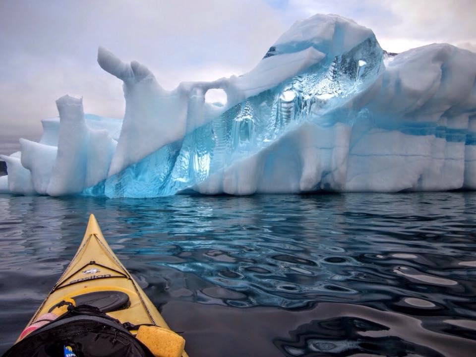 カナダのニューファンドランド島の沖でみられた白い流氷の中に青く透明な氷の帯が複数入っている例。太さが異なる帯が交差。流氷は海中の部分が透明になるが、この事例は難解と思う。地元の D. Rumbolt 氏が撮影。via @CBCNL https://t.co/Ke4q3LFd7K