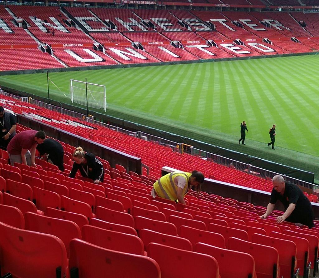 It must nearly be game time! 76000+ seats being jetwashed and cleaned at Old Trafford #mufc. Not long now tick tock http://t.co/dK8VRzAXxn
