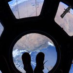 RT StationCDRKelly: Window on the world. Good morning from Space_Station! #YearInSpace. http://t.co/BDRLzxW4Sg