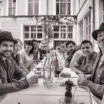 La banda almorzando con @SantanaCarlos ayer en Berlin.