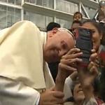 [En vivo] El Papa llegó a la U. Católica para su encuentro con la comunidad educativa. Accedió a tomarse selfies http://t.co/7H9qimymBT
