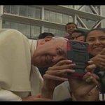 El Papa de los selfies. #Francisco accede a tomarse fotos con los fieles► http://t.co/Kwl0nqLGr6 #FranciscoEnEcuador http://t.co/c828A6IzB7